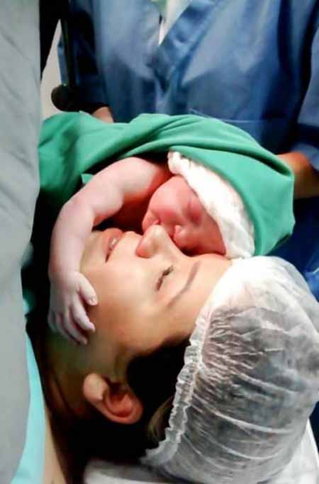 حرکت باورنکردنی نوزاد تازه بدنیا آمده (عکس)