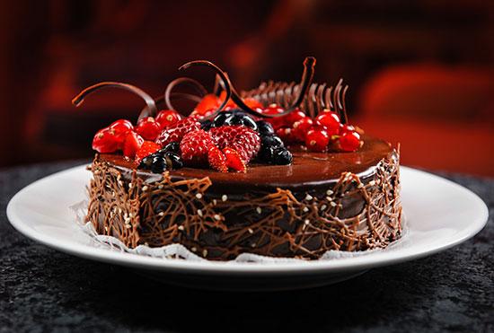کیک شکلاتی با میوه های تابستانی