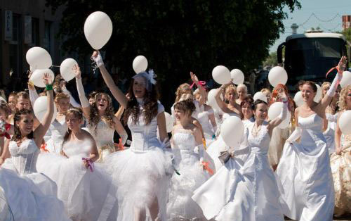 اعتراض و راهپیمایی دختران بخاطر بی شوهری (عکس)