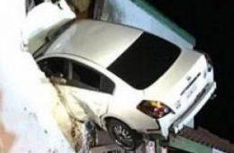 ورود عجیب یک خودرو به داخل ساختمانی در کالیفرنیا