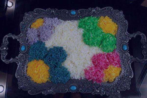 تزیین پلو مجلسی با زعفران و رنگ های طبیعی و استفاده از کاغذ روغنی