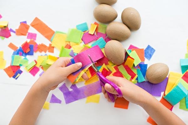 عکس تزیین روی تخم مرغ سفالی با کاغذ رنگی