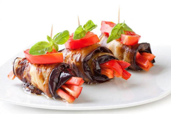 رول بادمجان با گوشت چرخ کرده به همراه تزئین با گوجه و ریحان