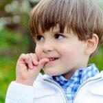 عوارض و راههای درمان ناخن جویدن در کودکان