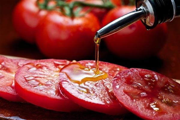 ماسک گوجه فرنگی و روغن زیتون