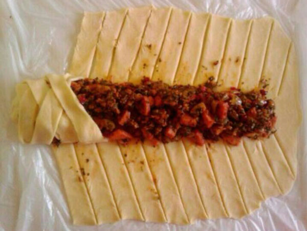 پیچیدن خمیر اشترودل پیتزایی
