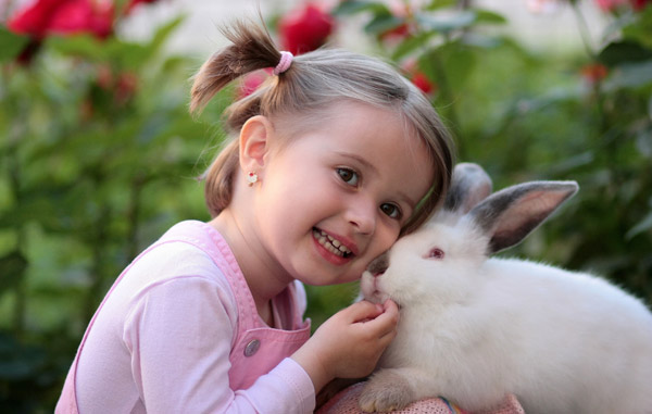 اسم دختر با کلاس، عکس دختر بچه با خرگوش