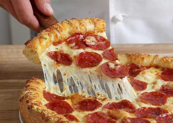 غذا با پنیر پیتزا و سوسیس