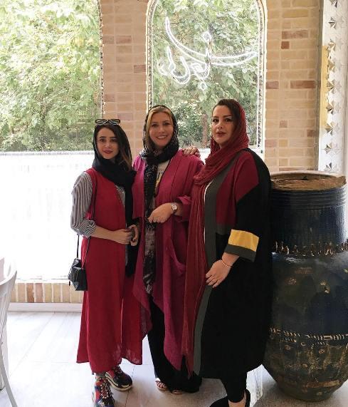 فریبا نادری در کنار الناز حبیبی در رستوران دلی جان