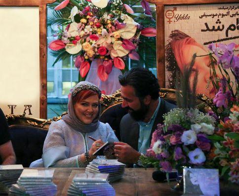 بهاره رهنما در حال امضا کردن آلبوم موسیقی خود برای همسرش
