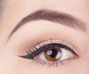آموزش نحوه کشیدنخط چشم با چسبنواری