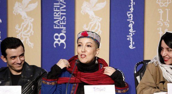پانته آبهرام در حضور منتقدان و عوامل رسانه روسریش را برداشت