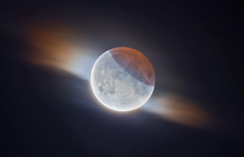 «ماه گرفتگی جزئی HDR همراهبا ابرها» اثر: ایتان رابرتز